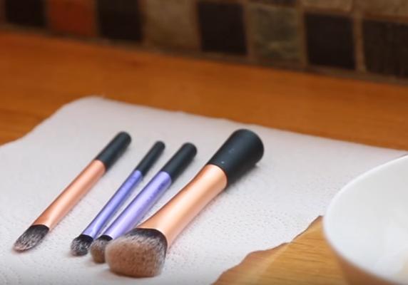 Como-limpar-pinceis-de-maquiagem-paleta-de-limpeza-limpador-de-pincéis-real-techniques-Beautylist-4